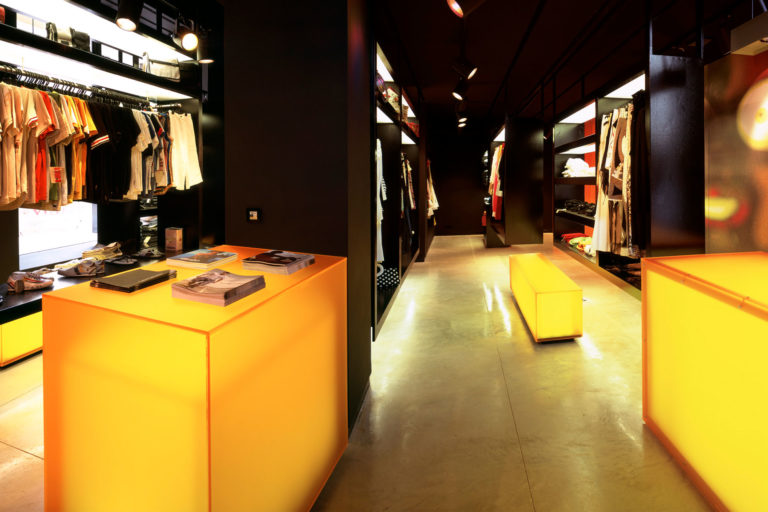 Interior tienda ropa Yeito Nativo